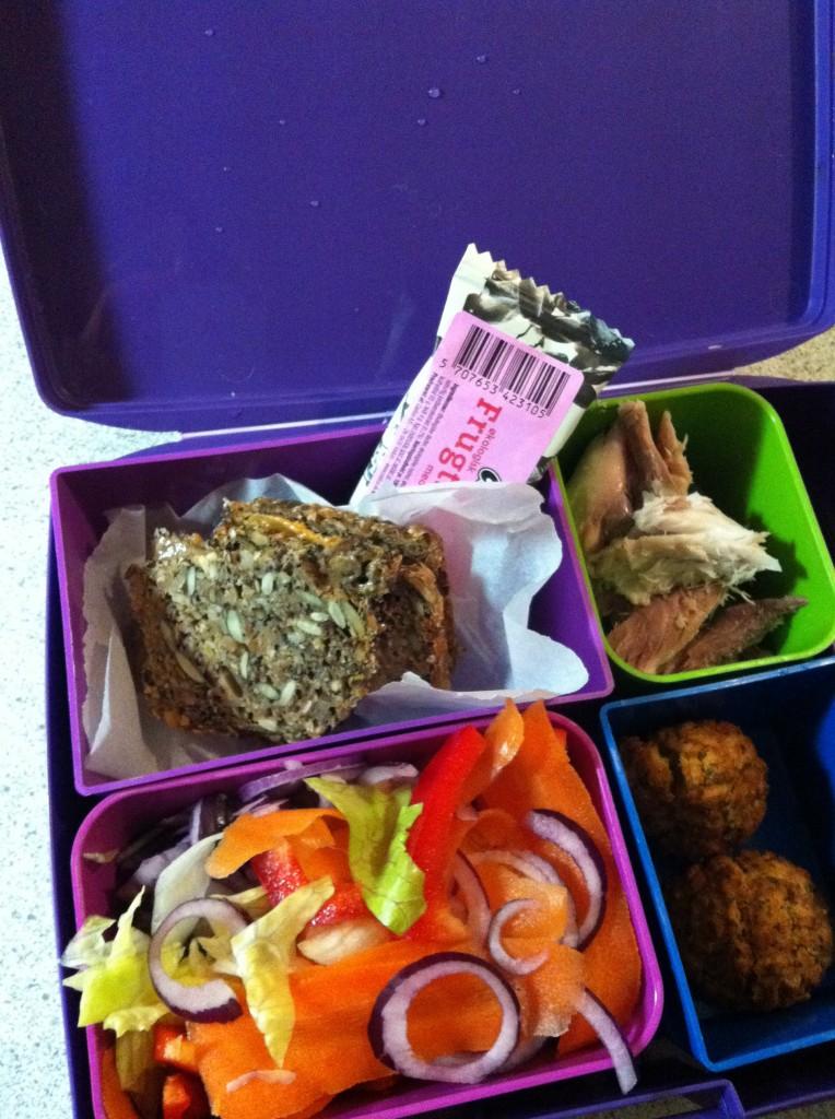 En helt almindelig sund madpakke i laptop lunchbox. rebecca persson